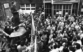 Κάνοντας το σήμα της νίκης, τον Ιούνιο του 1983, ο Λεχ Βαλέσα χαιρετάει τους συναδέλφους του στα ναυπηγεία του Γκντανσκ. Σήμερα, κάποιοι επιμένουν πως ήταν μέλος των μυστικών υπηρεσιών.