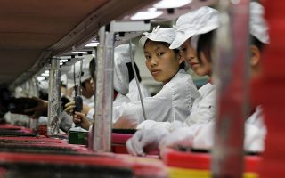 Workers are seen inside a Foxconn factory in the township of Longhua in the southern Guangdong province in this May 26, 2010 file photograph. Foxconn Technology Group, a major supplier of Apple Inc, said on August 22, 2012 it will further reducing overtime for its Chinese workers to less than 9 hours a week from the current 20. REUTERS/Bobby Yip/Files (CHINA - Tags: BUSINESS EMPLOYMENT SCIENCE TECHNOLOGY)