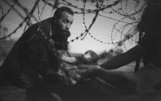 O Αυστραλός Γουόρεν Ρίτσαρντσον, πήρε το πρώτο βραβείο με τη φωτογραφία «ελπίδα για μια νέα ζωή»