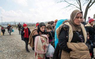 Πρόσφυγες από το Ιράκ, χωρίς ταξιδιωτικά έγγραφα, επιστρέφουν στη Γευγελή μετά την απαγόρευση εισόδου τους στη Σερβία. Στη Γερμανία την Τετάρτη εισήλθαν μόλις 140 πρόσφυγες και μετανάστες, ενώ στο απόγειο του προσφυγικού ρεύματος πέρυσι εισέρχονταν έως και 10.000 ημερησίως.
