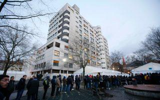Μεγάλη ουρά είχε σχηματισθεί χθες το πρωί έξω από την υπηρεσία υγείας στο Βερολίνο από πρόσφυγες που περίμεναν να καταγραφούν.