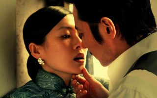 «Επικίνδυνες σχέσεις»: η κινεζική κινηματογραφική μεταφορά του κλασικού έργου του Γάλλου Λακλό, που είχε μεταφέρει και στο σινεμά το 1988, με τον ίδιο τίτλο, ο Στίβερ Φρίαρς.