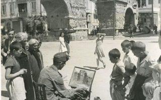Γερμανός στρατιώτης ζωγραφίζει την Καμάρα της Θεσσαλονίκης.