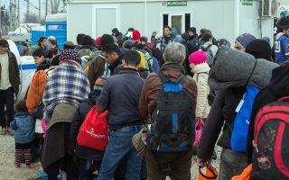 Ουρές από εκατοντάδες πρόσφυγες και μετανάστες για το μαγικό χαρτί που θα τους οδηγήσει ελεύθερα στη Γερμανία ή στην Αυστρία.