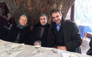 Ο Κ. Μητσοτάκης με τις γιαγιάδες της Μυτιλήνης.