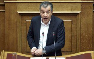 st-theodorakis-o-k-tsipras-thelei-na-apoprosanatolisei-tin-koinonia0