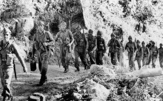 Ινδοί στρατιώτες στα σινοϊνδικά σύνορα την περίοδο των συγκρούσεων με την Κίνα. Οι ινδικές απώλειες ήταν σχεδόν 1.400 νεκροί και πάνω από 6.500 τραυματίες, αγνοούμενοι και αιχμάλωτοι. Η κινεζική πλευρά είχε περίπου 730 νεκρούς και 1.700 λοιπές απώλειες.