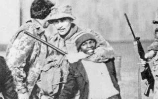 Μια εμβληματική φωτογραφία. Η αιματοβαμμένη εξέγερση στο Σοβέτο το 1976 έμεινε στην Ιστορία ως σύμβολο στη μάχη κατά του απαρτχάιντ.
