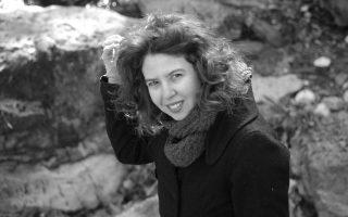 Στο κατασταλαγμένο «Μια φορά κάθε τοπίο κι ολότελα», η ώριμη Κατερίνα Ηλιοπούλου δοκιμάζει τη δυνατότητα γενικών κρίσεων.