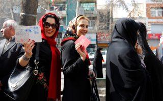 Ιρανές περιμένουν να ασκήσουν το εκλογικό τους δικαίωμα, μετά το κάλεσμα του ανώτατου ηγέτη, αγιατολάχ Αλί Χαμενεΐ, για μαζική προσέλευση του λαού στις κάλπες.