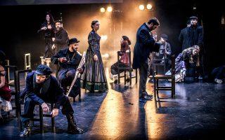 Ο Θέμης Μουμουλίδης μεταφέρει με ατμοσφαιρικό τρόπο επί σκηνής τον ονειρικό κόσμο του ποιητή της θάλασσας Νίκου Καββαδία, με τη βοήθεια των διαχρονικών μουσικών συνθέσεων του Θάνου Μικρούτσικου.