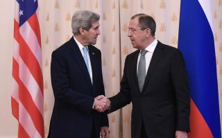 Ο υπουργός Εξωτερικών των ΗΠΑ Τζον Κέρι και ο Ρώσος ομόλογός του Σεργκέι Λαβρόφ έδωσαν τα χέρια σε μια συμφωνία, ζυγίζοντας οφέλη και ζημίες.