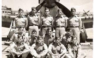 Ελληνες πρωτοετείς Ικαροι στην αεροπορική βάση Νέλις της Νεβάδα ποζάρουν μπροστά από το αμερικανικό μαχητικό Μάστανγκ P-51.