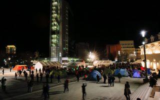 Οπαδοί της αντιπολίτευσης έστησαν αντίσκηνα μπροστά στο κτίριο της κυβέρνησης στην Πρίστινα.