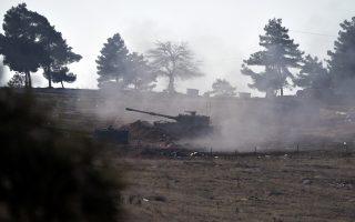 Τουρκικά τανκς βομβαρδίζουν κουρδικές θέσεις στα τουρκοσυριακά σύνορα. Η ανάδειξη ενός αυτόνομου ή ανεξάρτητου κουρδικού κράτους στο βόρειο κομμάτι της Συρίας αποτελεί τον εφιάλτη της Τουρκίας.