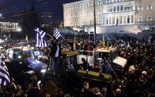 Η κινητοποίηση μπροστά στη Βουλή συγκέντρωσε πάνω από 10.000 αγρότες από την Κρήτη, την Πελοπόννησο, τη Θεσσαλία, αλλά και τη Βόρεια Ελλάδα.