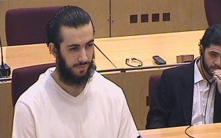 Ο Mirsad Bektasevic κατά τη διάρκεια της δίκης του στο Σεράγεβο το 2006. Μαζί με τους συνεργούς του σκόπευε να πραγματοποιήσει βομβιστική επίθεση αυτοκτονίας σε κτίριο ευρωπαϊκής πρεσβείας.