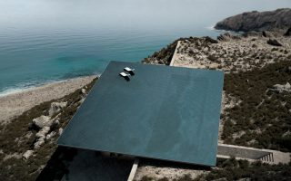 Η πιο εντυπωσιακή, ίσως, πισίνα στο Αιγαίο είναι αυτή στην Τήνο, σε κατοικία που μελέτησε και σχεδίασε το αρχιτεκτονικό γραφείο Kois Associated Architects (2013).