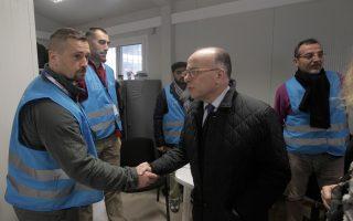 Ο Μπερνάρ Καζνέβ με αξιωματικούς του Frontex στο Κέντρο Καταγραφής στη Μόρια της Λέσβου.