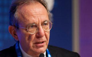 Σε μια εποχή «παρατεταμένης χαμηλής ανάπτυξης και εξαιρετικά χαμηλού πληθωρισμού, ακόμη και τα έκτακτα μέτρα που έχει λάβει η EKT αποδεικνύονται ανεπαρκή», αναφέρεται στην πρόταση που παρουσίασε τη Δευτέρα το βράδυ το ιταλικό υπουργείο Οικονομικών. Στη φωτογραφία, ο ο Ιταλός υπουργός Οικονομικών Πιερ Κάρλο Πάντοαν.