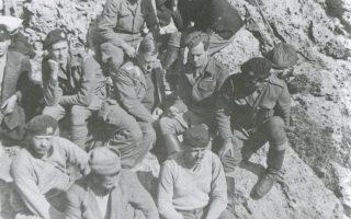 Ο Κράιπε  (κέντρο), με κατεβασμένο το κεφάλι, στις πλαγιές του Ψηλορείτη, κατά τη διάρκεια της απαγωγής. Δίπλα του, δεξιά, ο Φέρμορ, επίσης με χαμηλωμένο το βλέμμα. Η κόπωση είναι ανάγλυφη στα πρόσωπα όλων των ανδρών.