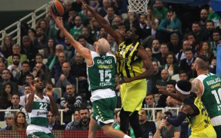 epa05180879 Ekpe Udoh (R) of Fenerbahce Istanbul  and Nick Calathes (L) of Panathinaikos Athens in action during the Basketball Euroleague TOP 16 Group E match held between Panathinaikos Athens and Fenerbahce Istanbul at O.A.K.A in Athens, Greece, 25 February 2016.  EPA/SPYROS CHORCHOUBAS
