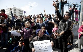Πρόσφυγες με τα παιδιά τους στον Πειραιά «έχουν ανεβεί στα κάγκελα» και απαιτούν να φύγουν από την Ελλάδα.