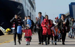 Εν τω μεταξύ, χιλιάδες πρόσφυγες συνεχίζουν να φτάνουν στο λιμάνι του Πειραιά.
