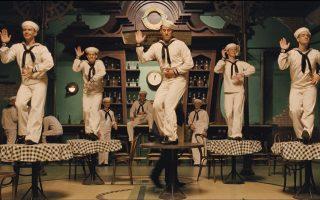 Ο Τσάνινγκ Τέιτουμ (στο κέντρο της φωτογραφίας) ενσαρκώνει έναν διάσημο ηθοποιό και χορευτή, όπως ο Τζιν Κέλι, ο οποίος συμμετέχει ενεργά σε κομμουνιστική συνωμοσία στην καρδιά του Χόλιγουντ. Ολα αυτά συμβαίνουν κατά τη διάρκεια της δεκαετίας του '50.