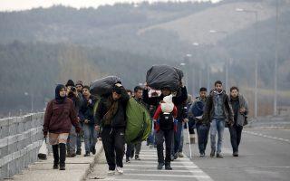 Ενώ οι εγκλωβισμένοι πρόσφυγες και μετανάστες συνεχίζουν να βαδίζουν προς την Ειδομένη, η ελληνική κυβέρνηση επιχειρεί ατύπως να μεταδοθεί άμεσα το μήνυμα ότι τα σύνορα «έχουν πλέον κλείσει για όλους».