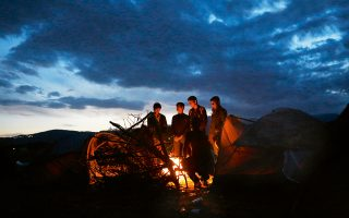 Φωτογραφίες: Γιώργος Μουτάφης / Πακιστανοί μετανάστες ζεσταίνονται γύρω από τη φωτιά καθώς περιμένουν την αστυνομία να ανοίξει τα σύνορα στην Ειδομένη για να συνεχίσουν το ταξίδι τους. Μέχρι πρόσφατα μόνο Σύροι, Ιρακινοί και Αφγανοί μπορούσαν να διέλθουν. Πλέον, ούτε οι Αφγανοί δεν περνούν από την ουδέτερη ζώνη Ελλάδας – ΠΓΔΜ. Χιλιάδες παραμένουν εγκλωβισμένοι. Η Ευρώπη υψώνει τείχη.
