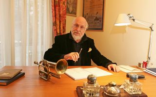 Ο Διονύσης Σαββόπουλος στο γραφείο του, στην πολυκατοικία που έχτισε ο ποιητής Νίκος Εγγονόπουλος.