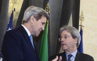 Ο Τζον Κέρι και ο Πάολο Τζεντιλόνι συζητούν πριν από τη έναρξη της συνόδου.