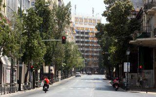 Ενα γραφείο στην πρωτεύουσα μπορεί να διεκδικήσει υψηλότερο ενοίκιο κατά 441 ευρώ αν βρίσκεται σε εμπορική ζώνη, σε σύγκριση με τη Θεσσαλονίκη, με εξαίρεση την οδό Σταδίου, όπου το ενοίκιο θα είναι χαμηλότερο κατά 346 ευρώ, καθώς ο συγκεκριμένος δρόμος έχει βρεθεί στο επίκεντρο των συγκεντρώσεων και πορειών διαμαρτυρίας τα τελευταία χρόνια.