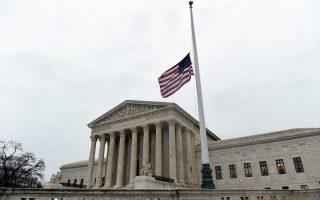 Η σημαία μεσίστια στο Ανώτατο Δικαστήριο, στην Ουάσιγκτον, σε ένδειξη πένθους για τον θάνατο του Σκαλία.