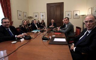 Ο Πρόεδρος της Δημοκρατίας Προκόπης Παυλόπουλος (Κ), ο πρωθυπουργός Αλέξης Τσίπρας (3Α), ο πρόεδρος της ΝΔ Γιάννης Πλακιωτάκης (3Δ), ο πρόεδρος των ΑΝΕΛ Πάνος Καμμένος (Α), η πρόεδρος του ΠΑΣΟΚ Φώφη Γεννηματά (2Α), ο επικεφαλής του Ποταμιού Σταύρος Θεοδωράκης (2Δ) και ο πρόεδρος της Ένωσης Κεντρώων Βασίλης Λεβέντης (Δ), συμμετέχουν στη Σύσκεψη των Πολιτικών Αρχηγών υπό τον Πρόεδρο της Δημοκρατίας, το Σάββατο 28 Νοεμβρίου 2015, στο Προεδρικό Μέγαρο. Ο πρωθυπουργός ζήτησε από τον Πρόεδρο της Δημοκρατίας να συγκληθεί Σύσκεψη Πολιτικών Αρχηγών προκειμένου να υπάρξει ενημέρωση σε σχέση με το προσφυγικό, ενόψει της Συνόδου ΕΕ-Τουρκίας, καθώς και να προσδιοριστεί από κοινού διαδικασία εθνικού διαλόγου σχετικά με το ασφαλιστικό και τη συνταγματική αναθεώρηση. ΑΠΕ-ΜΠΕ/ΑΠΕ-ΜΠΕ/ΣΥΜΕΛΑ ΠΑΝΤΖΑΡΤΖΗ
