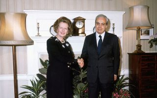 H πρωθυπουργός της Βρετανίας Μάργκαρετ Θάτσερ με τον γγ. των Ηνωμένων Εθνών Χαβιέρ Περέζ ντε Κουεγιάρ στο Λονδίνο, τον Μάϊο του 1986. (Getty Images).