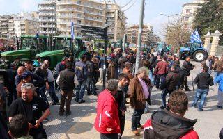 Αγρότες και κτηνοτρόφοι της Κεντρικής Μακεδονίας έξω από το υπουργείο Μακεδονίας - Θράκης διαμαρτύρονται για το ασφαλιστικό.
