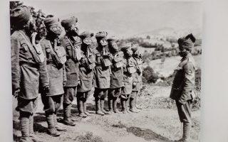 Ινδικά στρατεύματα (Σιχ) εκπαιδεύονται στη χρήση αντιασφυξιογόνων μασκών. Φωτογραφία του Ariel Varges (1890-1972), που εργαζόταν το 1916 στη Θεσσαλονίκη.