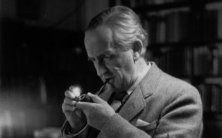 Ο συγγραφέας, καθηγητής και φιλόλογος Τζον Ρόναλντ Ρούελ Τόλκιν, σε ένα διάλειμμα των μαθημάτων του στην Οξφόρδη το 1955.