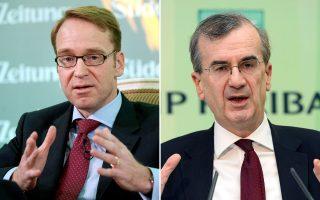 Οι κεντρικοί τραπεζίτες Γερμανίας και Γαλλίας, Γενς Βάιντμαν (αριστερά) και Φρανσουά Βιλερουά ντε Γκαλό (δεξιά), υπογραμμίζουν την ανάγκη να προχωρήσει η Ευρωζώνη σε διαρθρωτικές μεταρρυθμίσεις, μεγαλύτερη οικονομική ενοποίηση και βελτίωση της διακυβέρνησης.