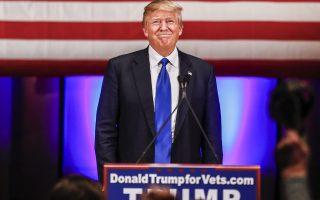 Ο Ντόναλντ Τραμπ υπόσχεται χωρίς φειδώ «τον ουρανό με τ' άστρα» και υποτιμά εντέχνως τους ανθυποψηφίους του... απλώς επαινώντας τους.