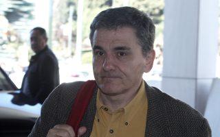 Ο υπουργός Οικονομικών Ευκλείδης Τσακαλώτος ενώ εισέρχεται στο Χίλτον για συνομιλίες με τους θεσμούς.