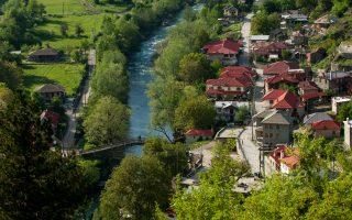 Ο ποταμός Αώος διατρέχει το χωριό Βοβούσα Ιωαννίνων και αποτελεί ιδανική διαδρομή ράφτινγκ.