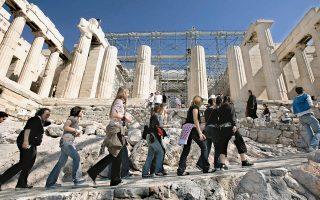 Η Ελλάδα διαθέτει πάμπολλους αρχαιολογικούς χώρους αλλά και ξεχωριστά μέρη, τα οποία προσελκύουν τουρίστες που «διψούν» να μάθουν τα πάντα. Ποιος είναι άραγε «κατάλληλος» να τους μυήσει στα μυστικά της χώρας μας;