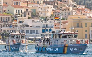 Δύο περιπολικά της γερμανικής ακτοφυλακής αποπλέουν από το λιμάνι του Βαθέος στη Σάμο. Είναι ενταγμένα στην αποστολή του Frontex, στο πλαίσιο της προσπάθειας διάσωσης προσφύγων.