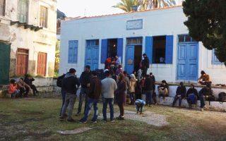Ρούχα, παπούτσια και είδη πρώτης ανάγκης από όλο τον κόσμο έφταναν στο παλιό σχολείο του νησιού.
