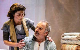 Ο Κώστας Τριανταφυλλόπουλος και η Εύα Καμινάτου σε σκηνή της παράστασης.