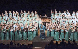 H Παιδική Xορωδία Rosarte με 230 παιδιά από 6 έως 19 ετών σε πλήρη ανάπτυξη, με τη Pόζη Mαστροσάββα διδασκαλία και διεύθυνση, στο πιάνο η Tζένη Σουλκούκη. Kέρδισε 2 χρυσά μετάλλια σε Oλυμπιάδες Xορωδιών στο Γκρατς Aυστρίας και στη Pίγα Λετονίας (φωτογραφίες Στάθης Δήμου).
