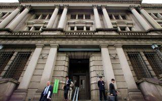 Η Τράπεζα της Ιαπωνίας εξετάζει προσεκτικά τις επιπτώσεις των αρνητικών επιτοκίων στην οικονομία.